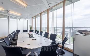 Großer Konferenzraum des Bürogebäudes in Düsseldorf