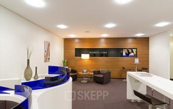 Bequeme Business-Lounge im Bürogebäude in Düsseldorf