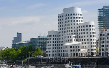 Beeindruckende Außenansicht des Bürogebäudes in Düsseldorf-Medienhafen