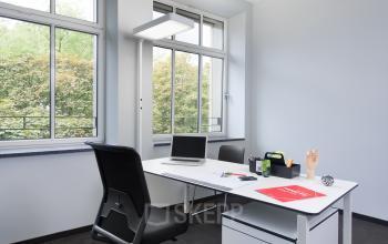 Fester Arbeitsplatz mit weißem Schreibtisch und toller Aussicht