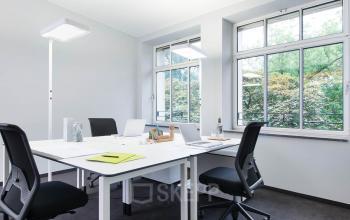 Helles Büro mit moderner Einrichtung und viel Lichteinfall