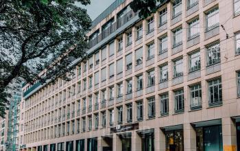 Außenansicht Bürogebäude mit imposanter Fassade