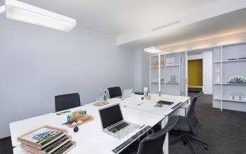 Geräumiges Büro mit angrenzendem Flur und Regalen als Ablagemöglichkeit
