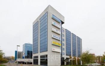 uitzicht vanaf parkeerplaats op kantoorpand in Eindhoven dichtbij centraal station