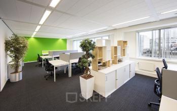 kantoorruimte te huur eindhoven fellenoord gemeubileerd ingericht plant vloerbedekking bureau's stoelen groen wit ramen uitzicht centrum