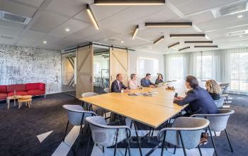 vergadering in kantoorgebouw eindhoven vergaderruimte ingericht gemeubileerd loungeplek