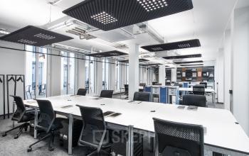 Moderne Arbeitsplätze in offenem Coworking-Bereich