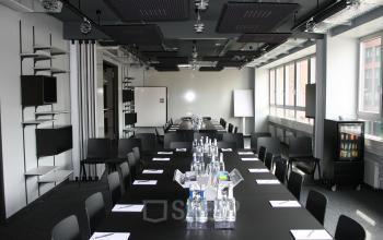 Exklusiver Konferenzraum mit hochwertiger Einrichtung