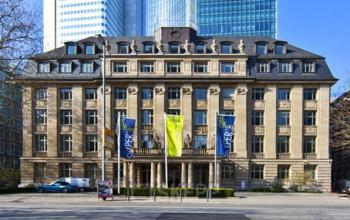 Beeindruckende Außenansicht des Bürogebäudes an der Taunusanlage in Frankfurt