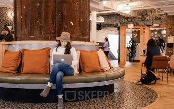 Modern gestalteter Küchenbereich mit ausreichend Sitzgelegenheiten