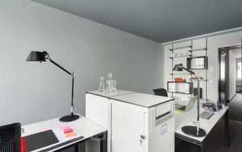 Arbeitsplätze in heelem Büro mit moderner Einrichtung