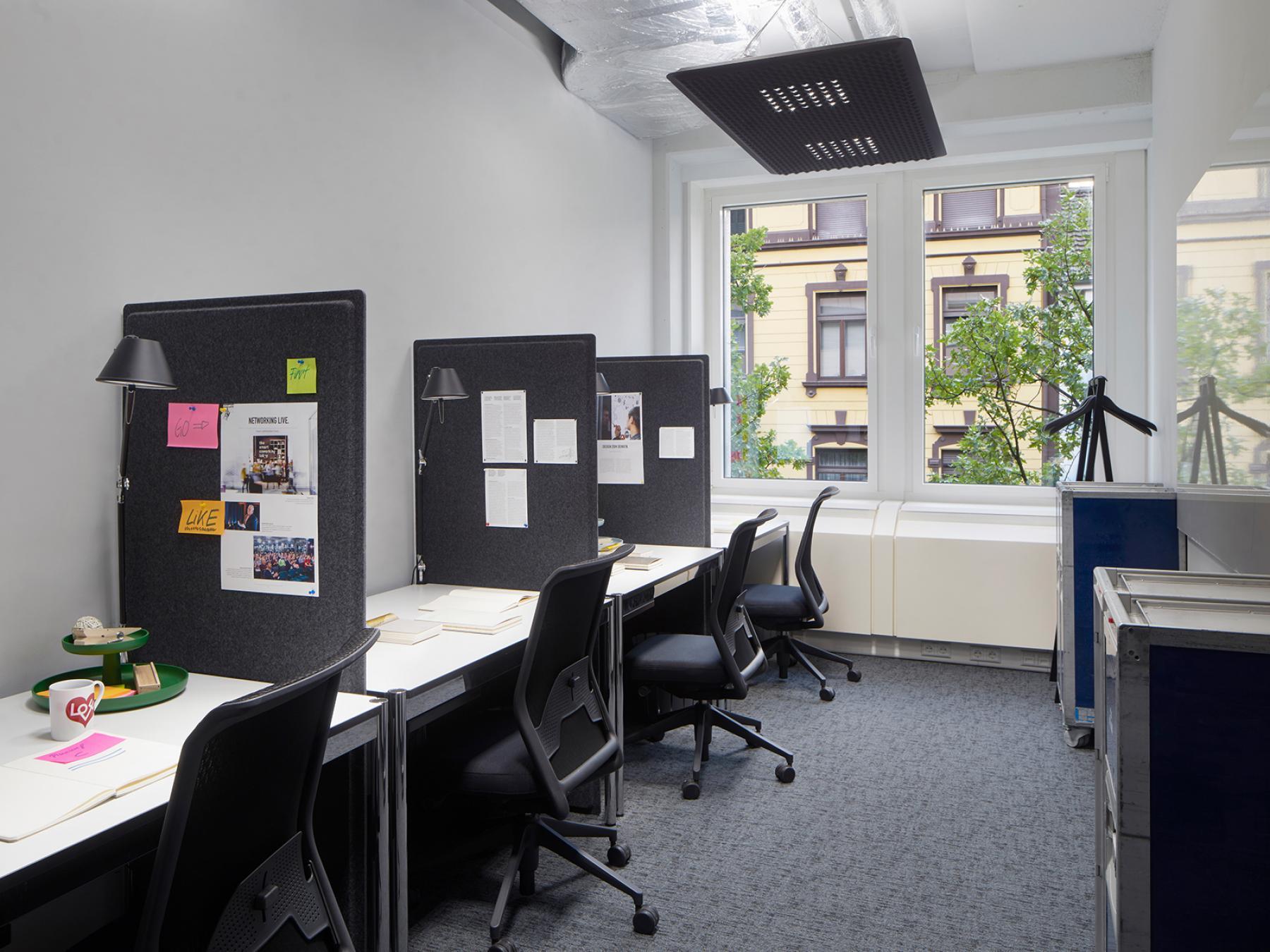 Feste Arbeitsplätze in offener Coworking-Area