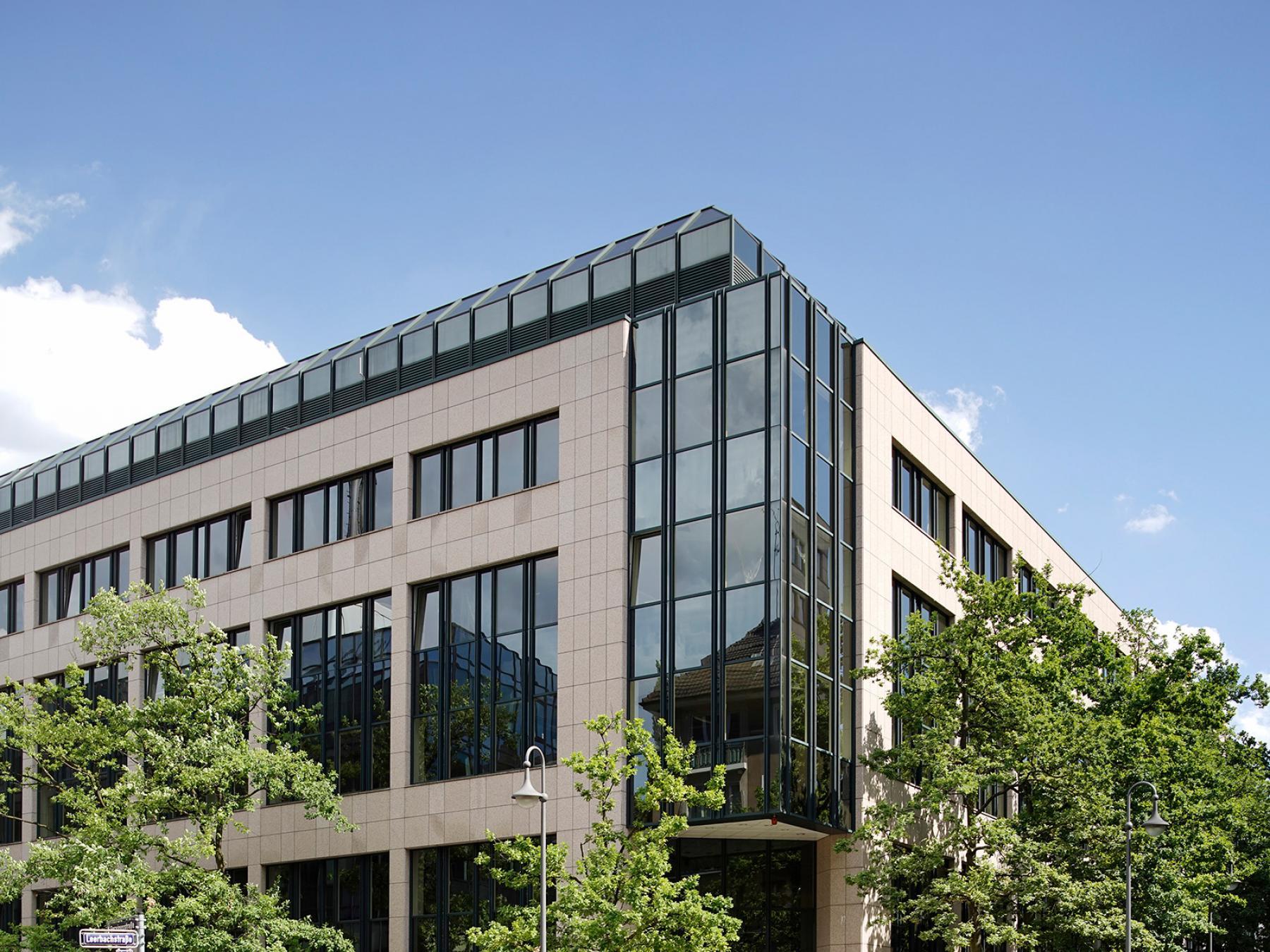Herrliche Außenansicht Bürogebäude mit Glasfassade