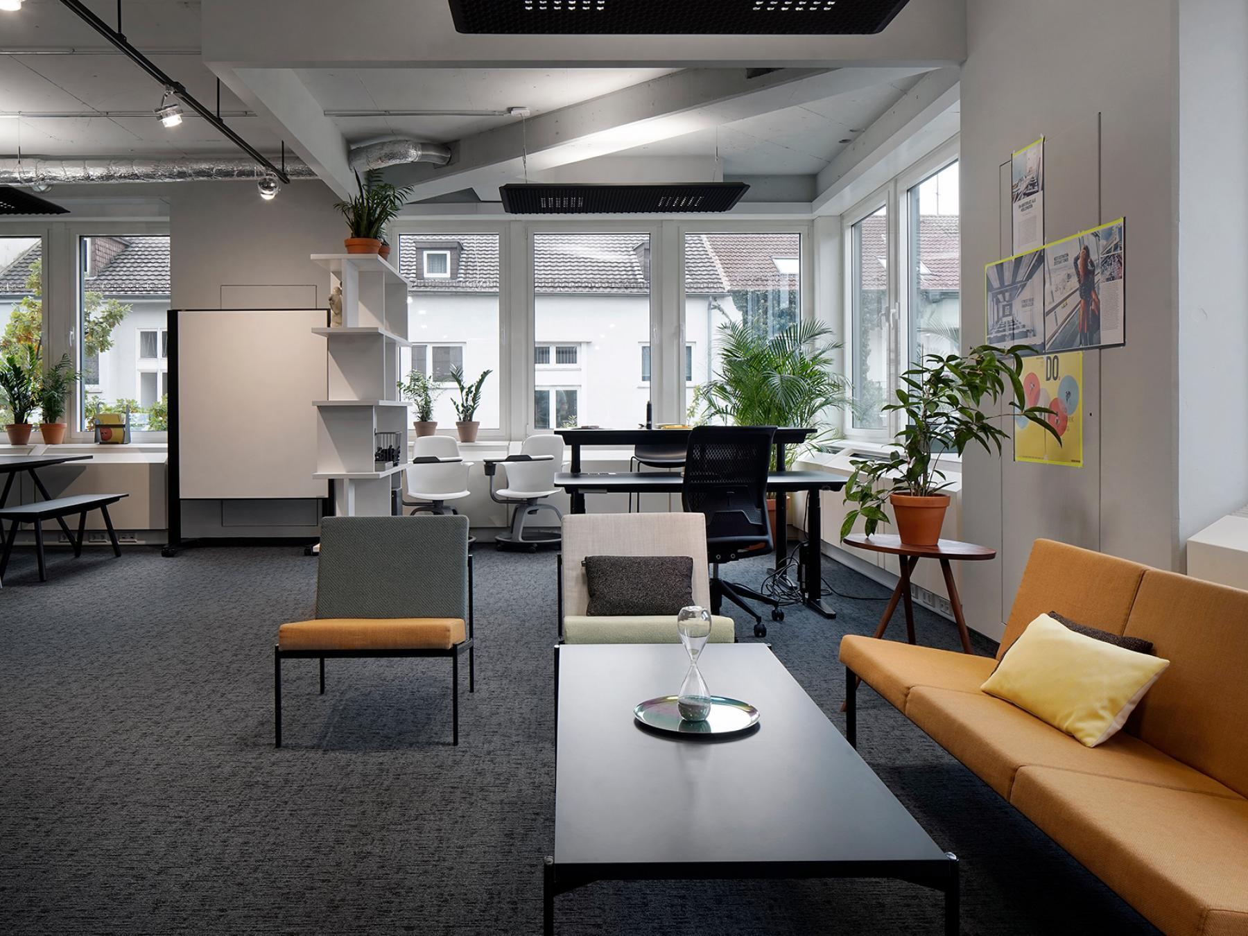 Moderner Büroraum mit gemütlicher Sitzecke