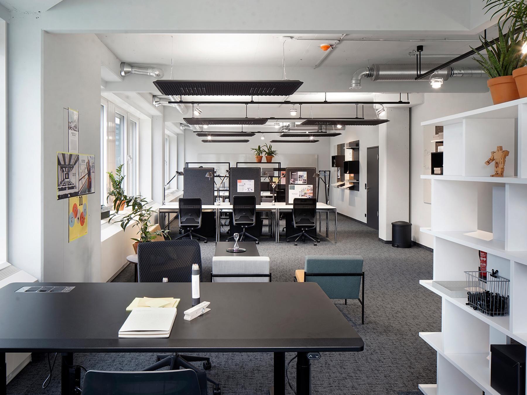 Arbeitsplätze in gemütlichem offenen Büroraum