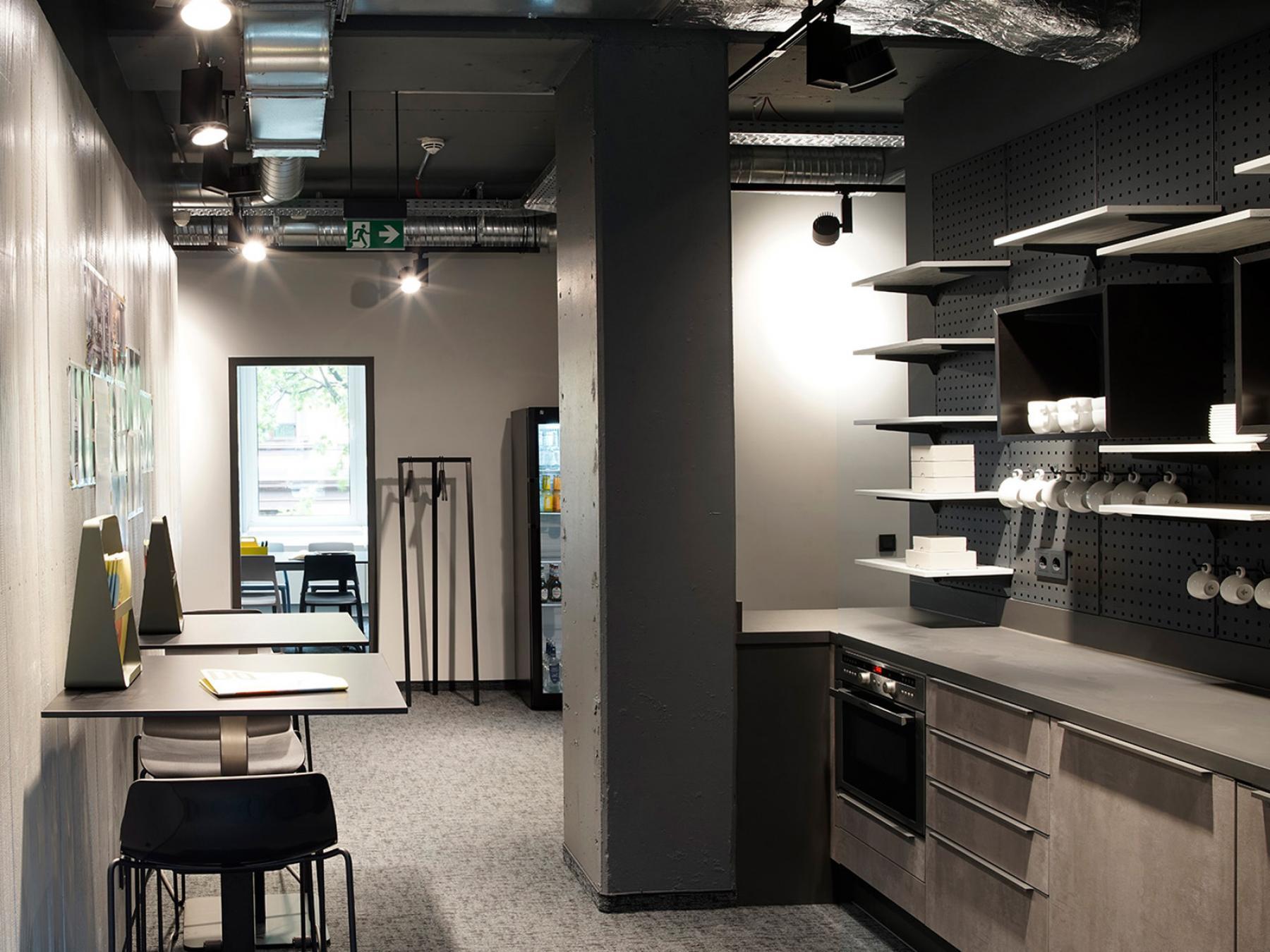 Küche mit Sitzgelegenheiten und Flur