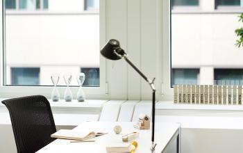 Arbeitsplatz mit modernen Büromöbeln und schöner Aussicht