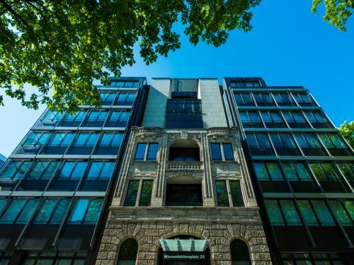 Beeindruckende Außenansicht vom Bürogebäude mit toller Fassade
