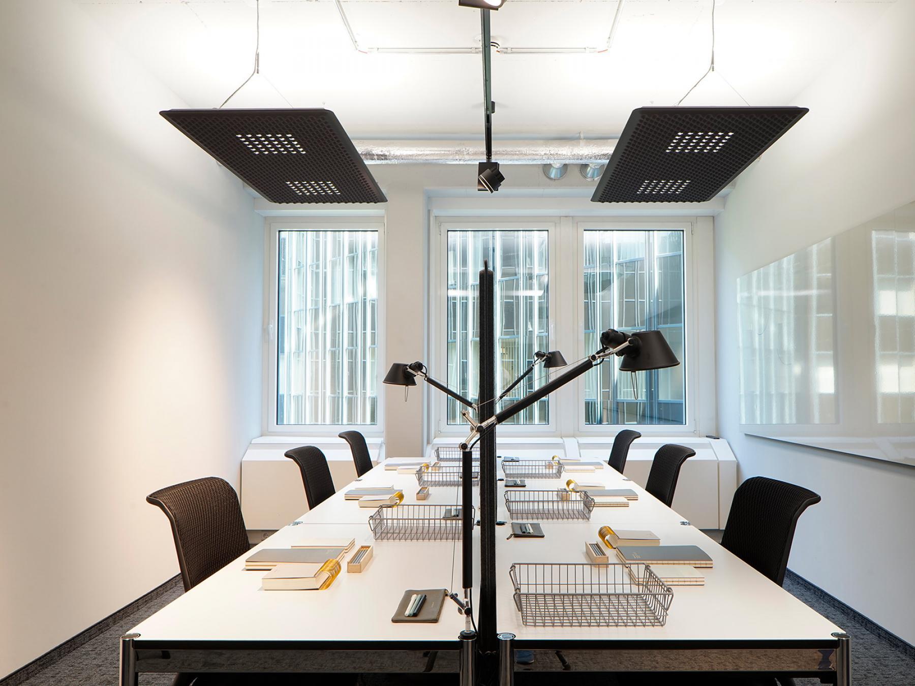 Moderne Arbeitsplätze in hellem Großraumbüro
