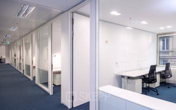 Langer Flur mit angrenzenden hochwertigen Büroräumen