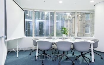 Moderner Konferenzraum mit großem Fenster