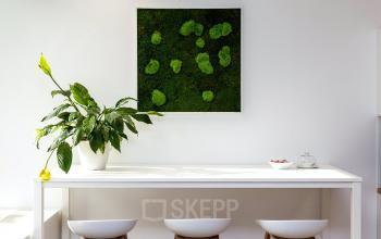 Arbeitsplätze mit Blumendeko und Bild an der Wand