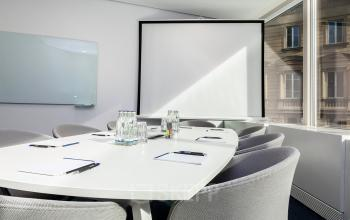 Meetingroom mit Whiteboard und Leinwand