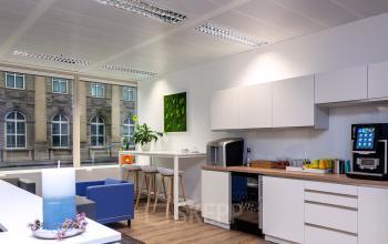 Moderne voll ausgestattete Küche mit einigen Sitzmöglichkeiten
