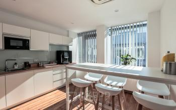 Voll eingerichtete moderne Küche mit Sitzmöglichkeiten