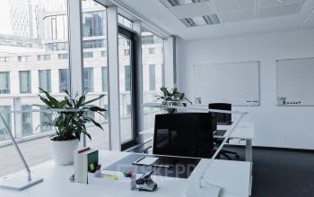 Arbeitsplatz mit großem Schreibtisch und moderner Ausstattung