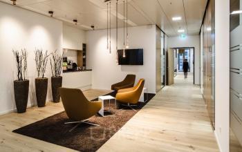 Gemütlicher Gemeinschaftsbereich mit Sitzgelegenheiten im Taunusturm in Frankfurt-Innenstadt