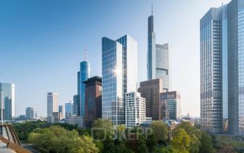 Atemberaubende Außenansicht vom Bürogebäude in der Frankfurter Innenstadt