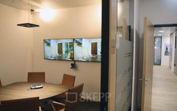 Moderner Besprechungsraum mit Flachbildschirmen im Taunusturm am Taunustor