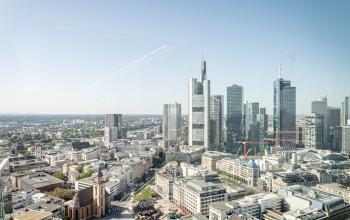 Mainhattan vor deinen Augen - Genieße die Aussicht auf die Skyline von deinem Arbeitsplatz aus