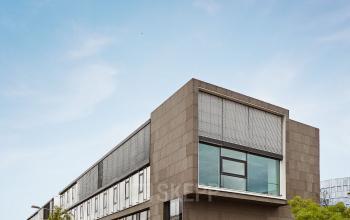 Schicke Außenansicht der Büroimmobilie in Frankfurt Nord mit Business Center