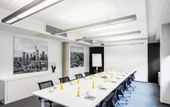 Bürogebäude mit großem Besprechungsraum in Frankfurt Nord an der Sebastian-Kneipp-Straße