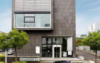 Moderne Außenfassade des Bürogebäude in Frankfurt an der Sebastian-Kneipp-Straße mit integriertem Business Center
