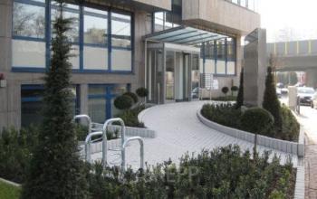 Schön angelegter Außenbereich vom Bürogebäude in Frankfurt West, Praunheimer Landstraße