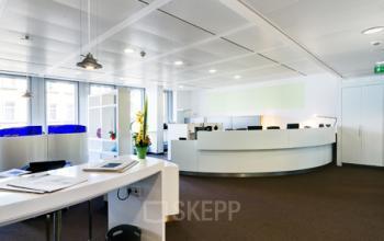 Moderner Empfangsbereich des Business Centers in Frankfurt Westend, An der Welle