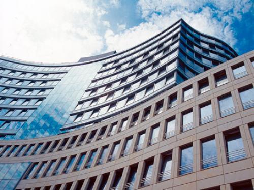 Architektonisch beeindruckende Außenansicht des Bürogebäudes in Frankfurt-Westend