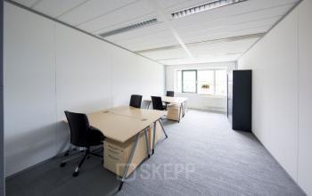 kantoorruimte kantoorpand bureau stoelen kast