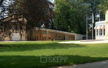 buitenzijde kantoorgebouw haarlem staten bolwerk gazon tuin bomen omgeving