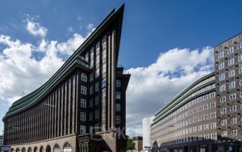 Beeindruckende Fassade des Bürogebäudes in der Hamburger Altstadt