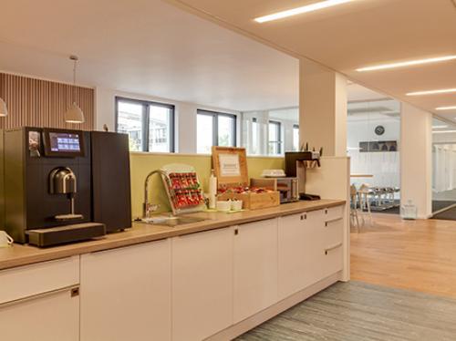 Voll ausgestattete Gemeinschaftsküche der Immobilie in Hamburg Altstadt