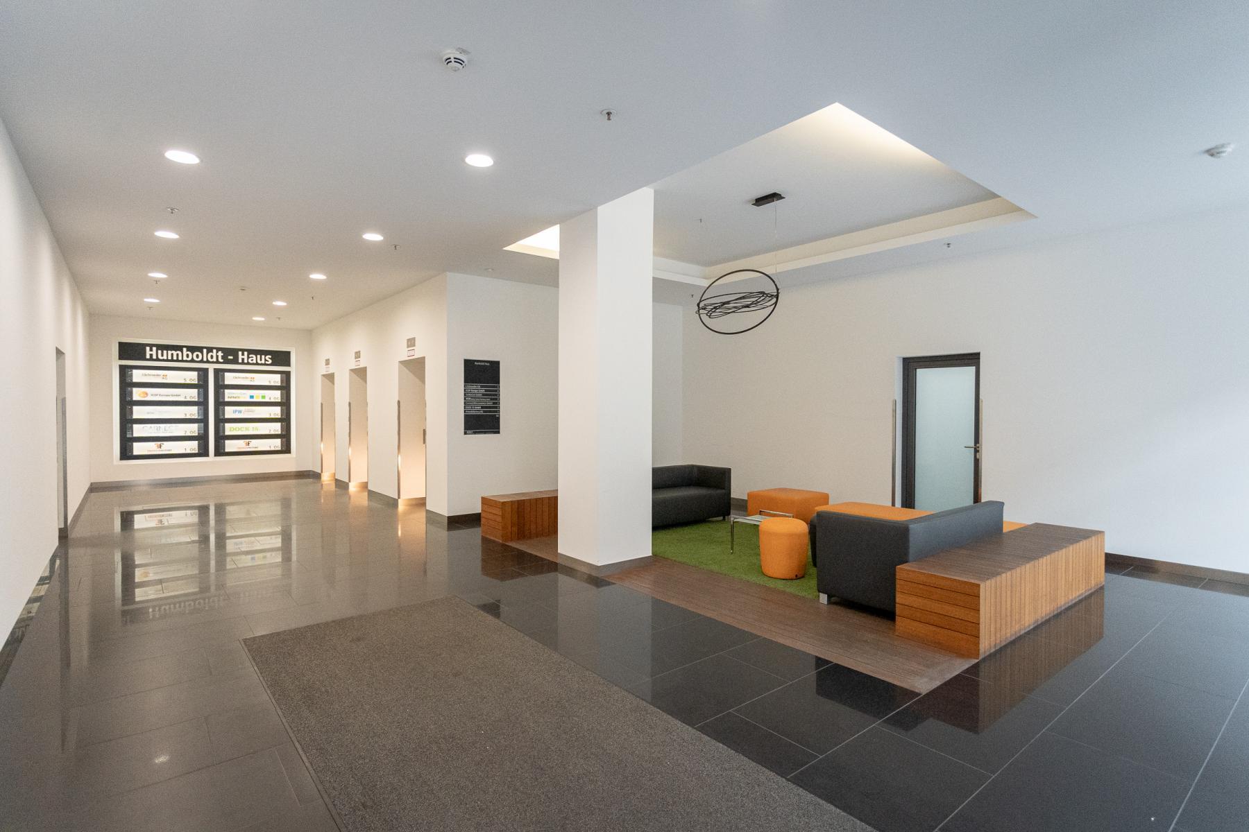 Moderner Sitzbereich als Teil des Bürogebäudes in Hamburg