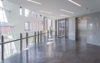 Futuristische Flure führen zu den Büros zur Miete in Hamburg
