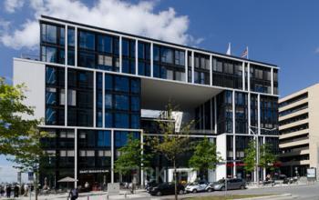 Beeindruckende Außenansicht des Bürogebäudes in Hamburg-Hafencity