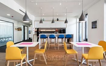Farbenfrohe Business Lounge im Bürogebäude in Hamburg