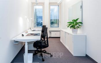 Gemütlicher Arbeitsplatz in hellem Büro