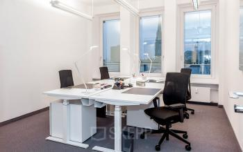 Voll ausgestattetes Büro mit ergonomischen Möbeln